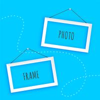 hängande fotoramar på blå bakgrund