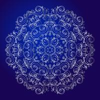 Mandala, Amulett. Esoterisches silbernes Symbol auf einem blauen Hintergrund.