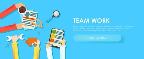 Team werk banner. Handen met voorwerpen, document, koffie, puzzel. Platte vectorillustratie
