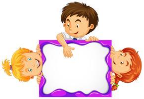 Tre bambini dietro la lavagna bianca