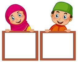 Niños musulmanes y tablero vacío.