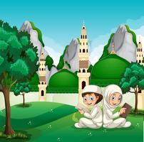 Bambini musulmani che leggono davanti alla bella moschea