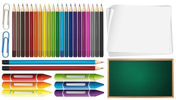 Färgpennor och kritor uppsatta med papper