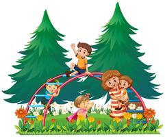Niños jugando en las barras de los monos.