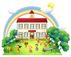 Barn leker framför skolan