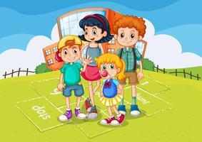 Niños de pie en el parque de la escuela.