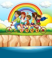 Família andando de bicicleta ao longo do rio