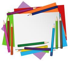 Tomt papper och färgpennor i bakgrunden