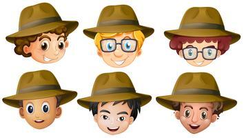 Cabeças de meninos com chapéus marrons