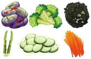 Färska grönsaker och sallad på vit bakgrund