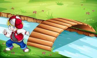 Een hiphopdanser die dichtbij de houten brug danst