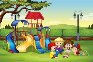 Bambini che leggono nel parco
