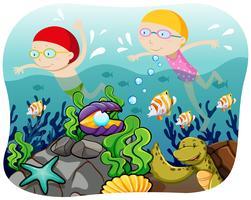 Pojke och tjej som simmar i havet