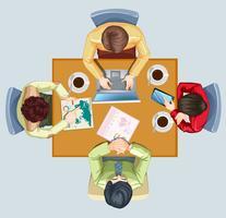 Vier Leute, die sich am Tisch treffen