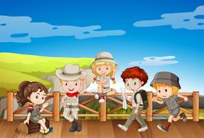 Niños disfrazados de safari en el puente.
