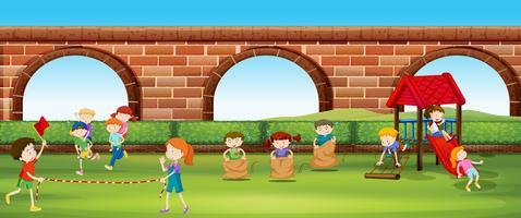Niños jugando juegos en el parque.