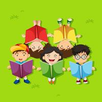 Muchos niños leyendo libros en el parque.