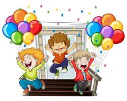 Niños felices y globos de colores en casa.