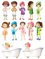 Glückliche Kinder im Bademantel