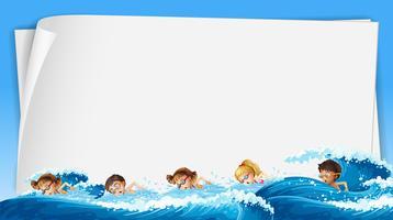 Pappersmall med barn som simmar i havet