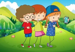 Drie kinderen die selfie in het park nemen