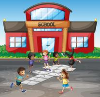 Alumnos jugando a la rayuela en la escuela.