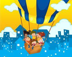 Niños montados en globo en la ciudad.