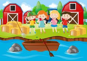 Kinder spielen auf dem Feld am Fluss