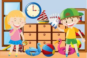 Niño y niña jugando juguetes en la habitación