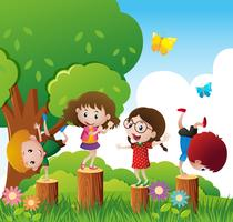 Glückliche Kinder spielen im Park