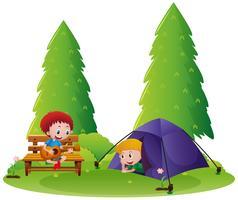 Zwei Jungen, die draußen im Park kampieren