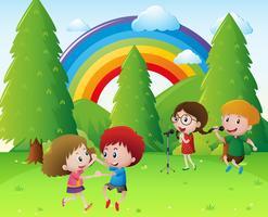 Niños cantando y bailando en el parque.