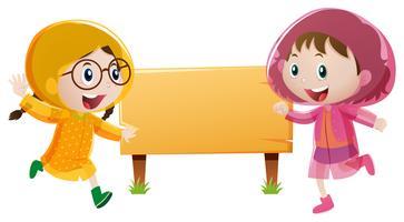 Modelo de placa de madeira com duas garotas na capa de chuva