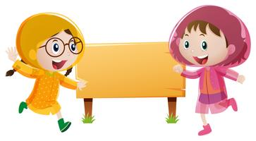 Plantilla de cartel de madera con dos chicas en impermeable