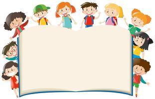 Modello di sfondo con i bambini intorno al libro