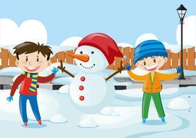 Meninos e boneco de neve na estrada