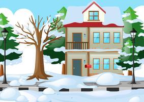 Casa coberta de neve no inverno