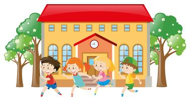 Crianças correndo na frente da escola