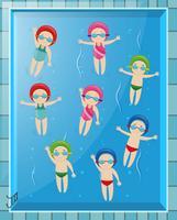 Viele Kinder machen Rückenschwimmen im Pool