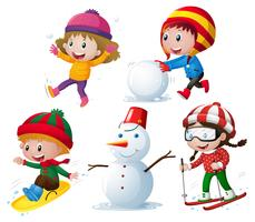 Barn i vinterkläder spelar snö