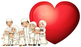 Moslemische Familie im weißen Kostüm und im roten Herzen