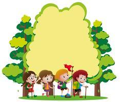 Plantilla de frontera con niños senderismo en el bosque