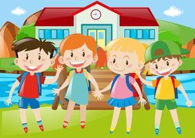 Felices los niños de pie sobre la hierba