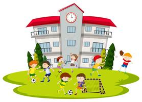 Jungen, die in der Schule Fußball spielen