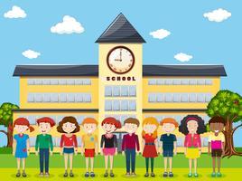 Kinder stehen auf dem Schulgelände