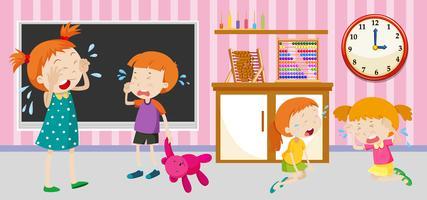 Crianças tristes chorando na sala de aula