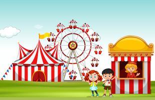 Bambini che comprano il biglietto al parco divertimenti