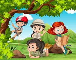 Kinder, die im Park kampieren