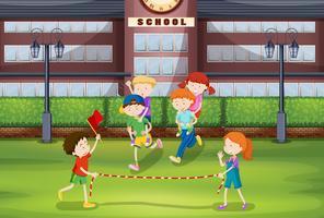Meninos e meninas jogando piggy volta carona