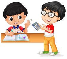 Chicos asiáticos calculando con calculadora